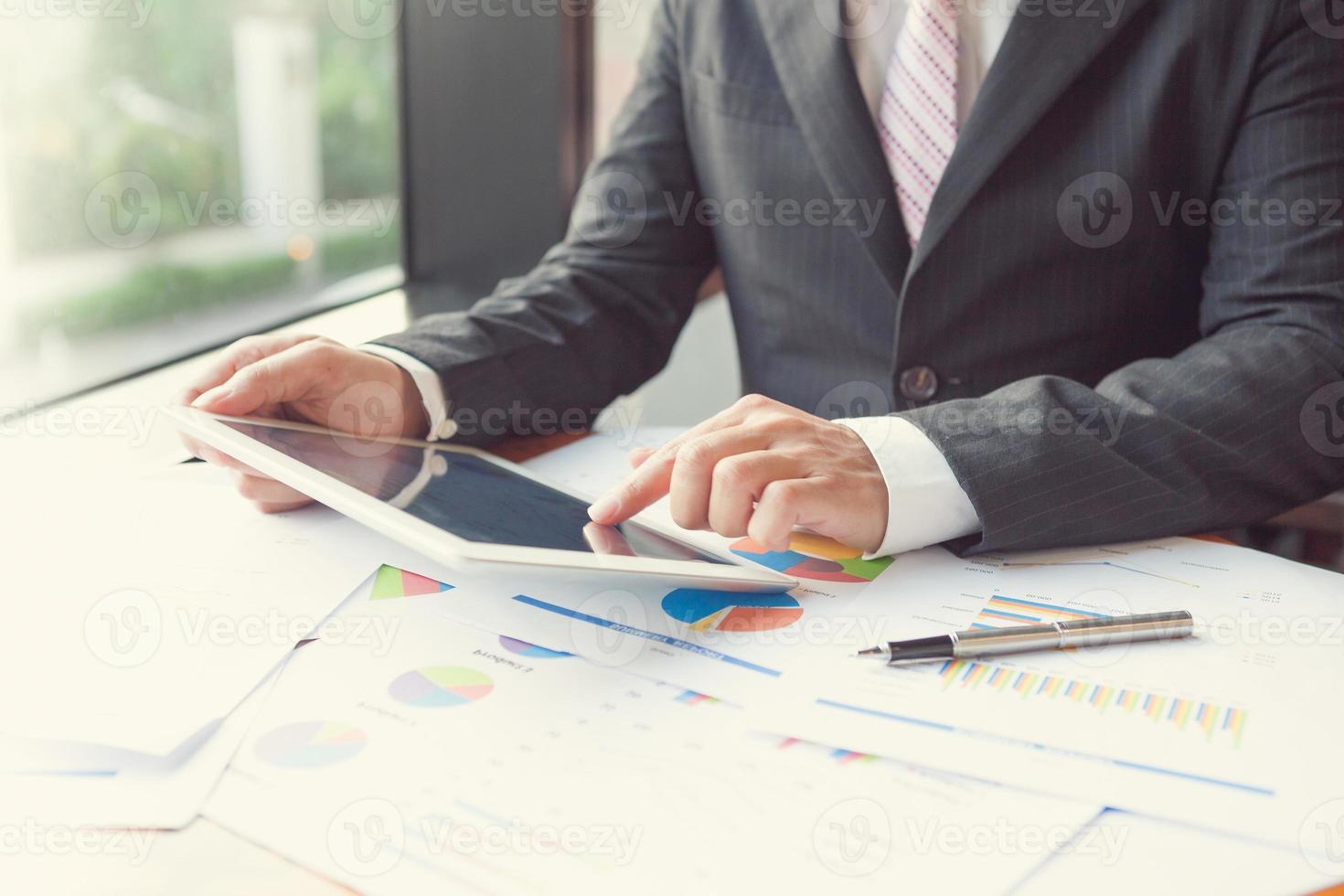 unga affärsmän som använder pekplatta foto