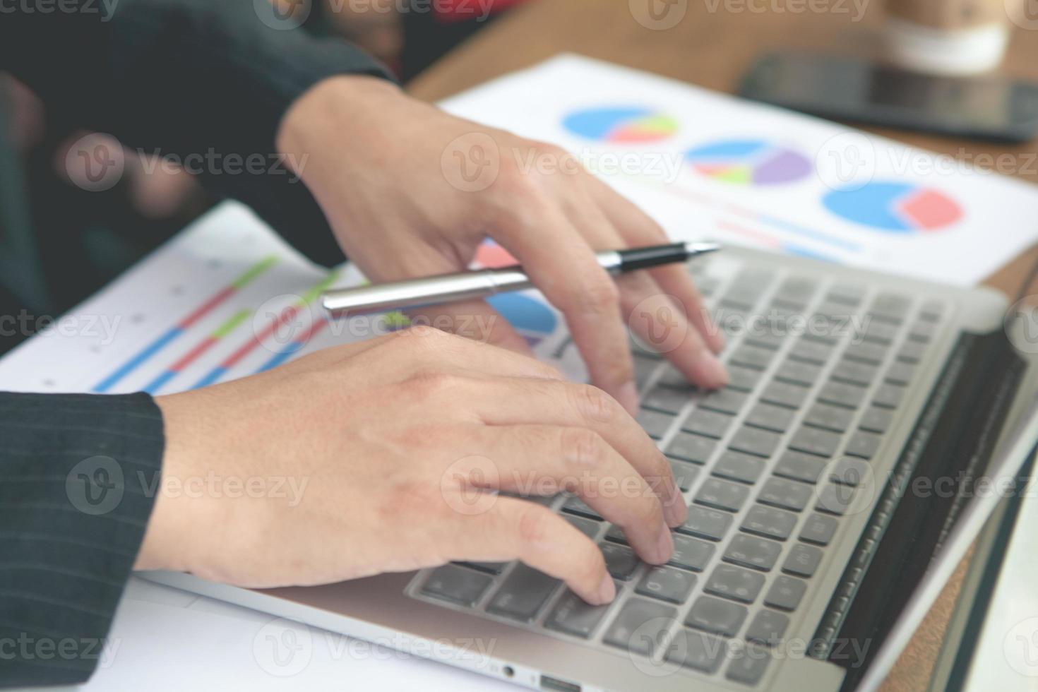 unga affärsmän som använder anteckningsboken. foto