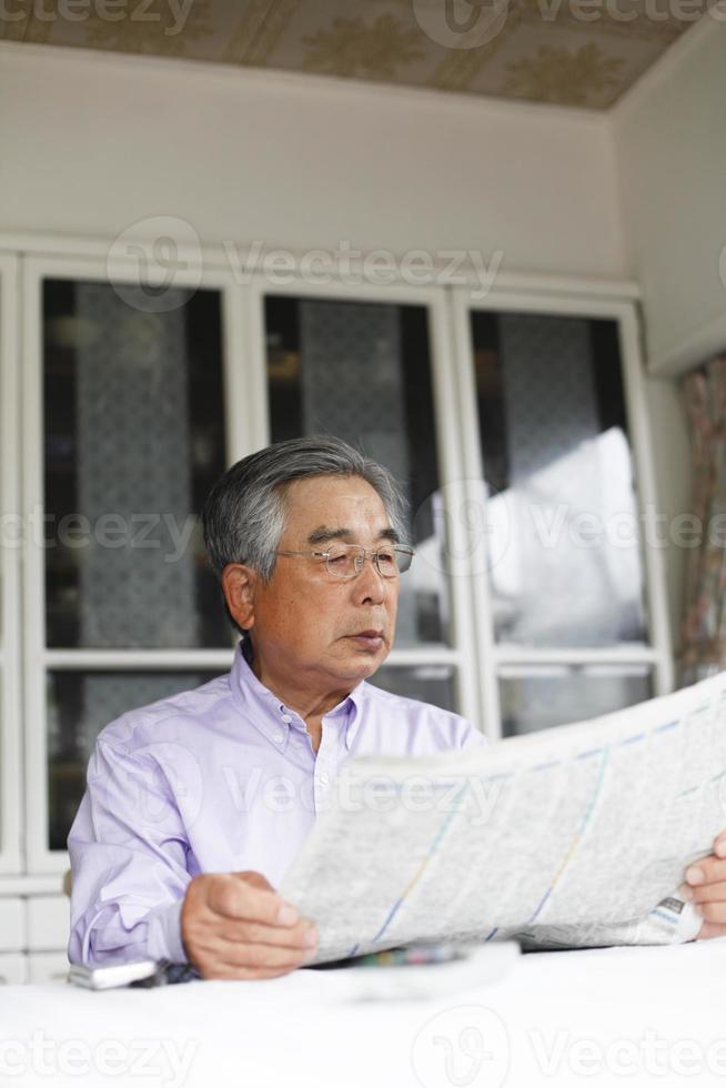 läsa nyhetstidningen foto