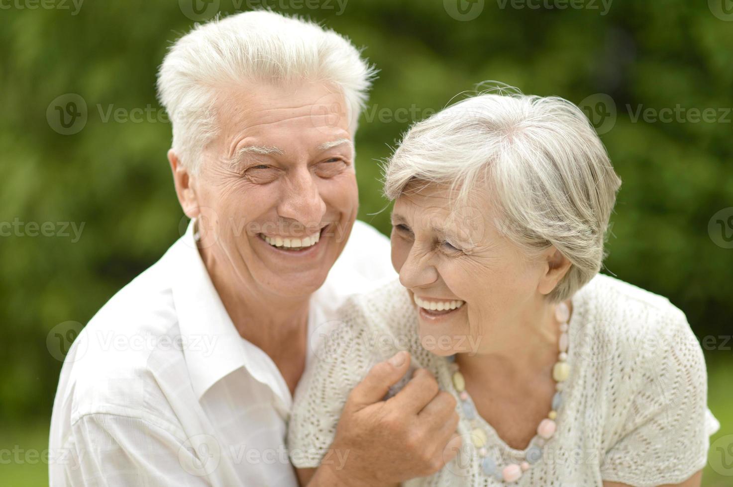 äldre par i kärlek foto
