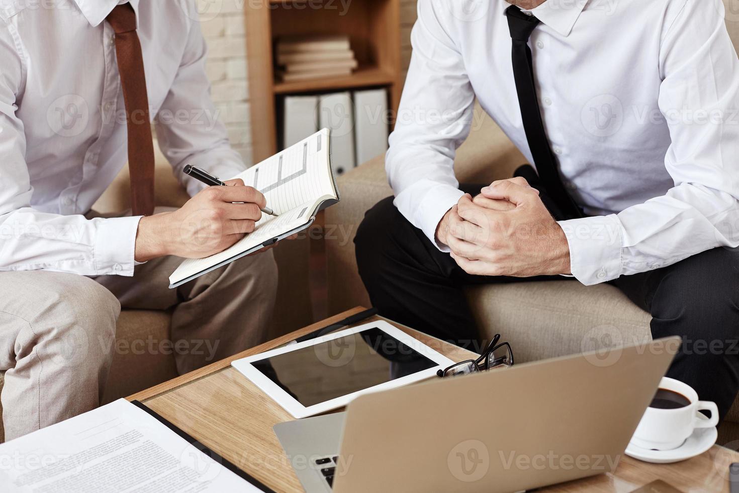 affärsmän vid mötet foto
