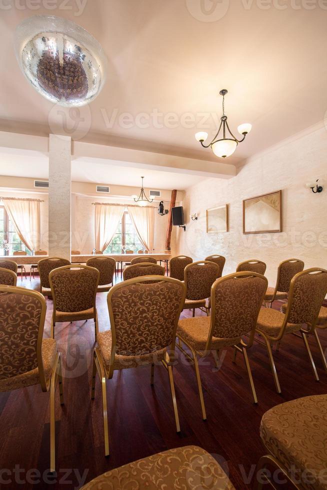 rader med stolar foto