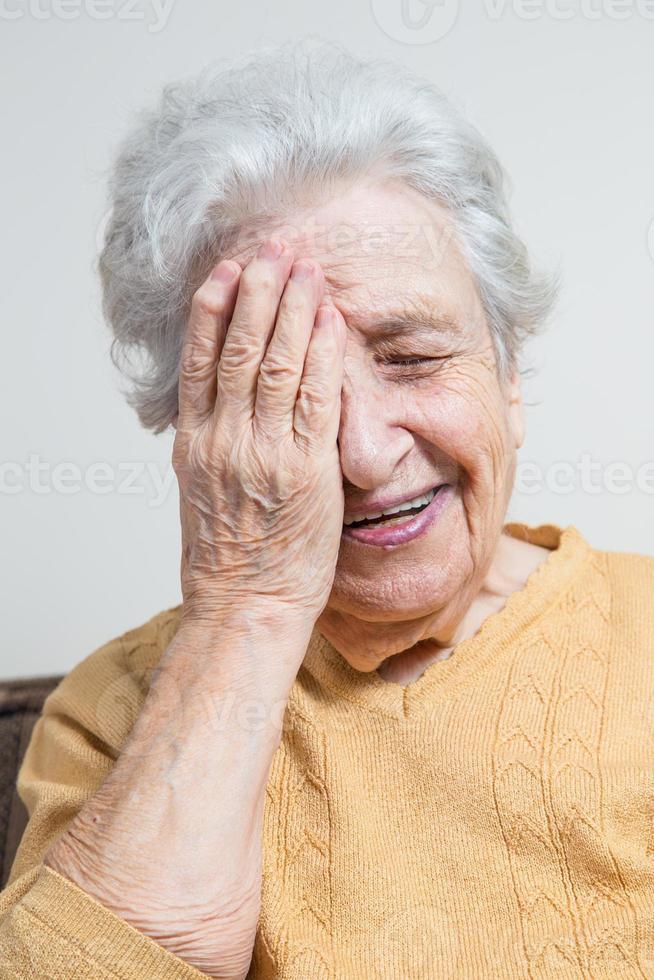 glad äldre kvinna foto