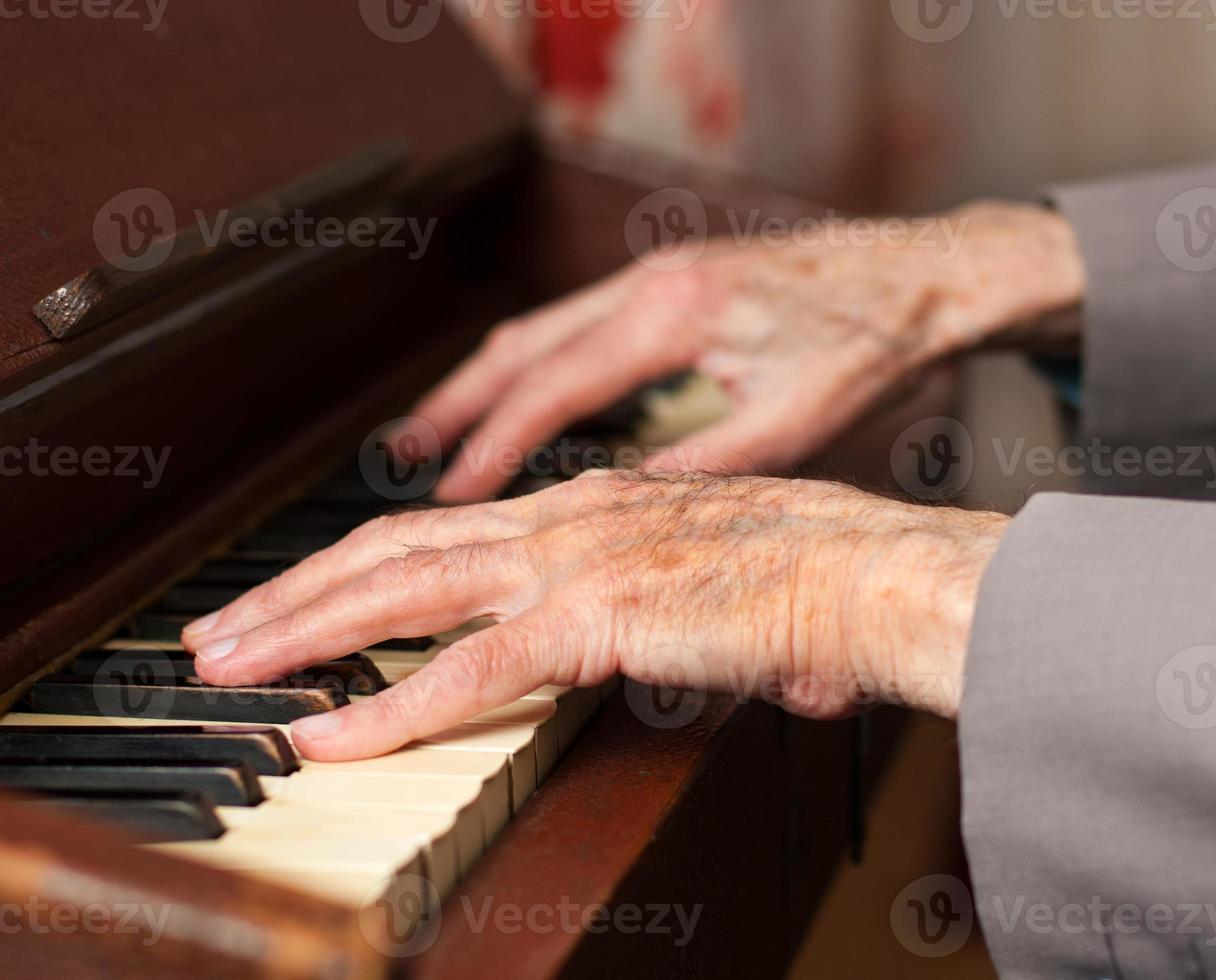 händer som spelar på ett harmonium foto