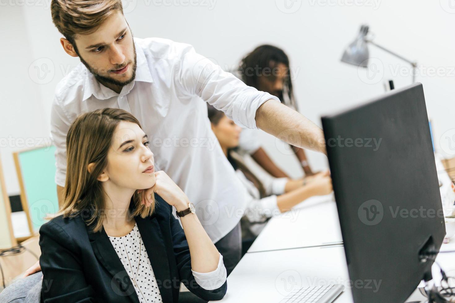 affärsmän på kontorsarbete foto