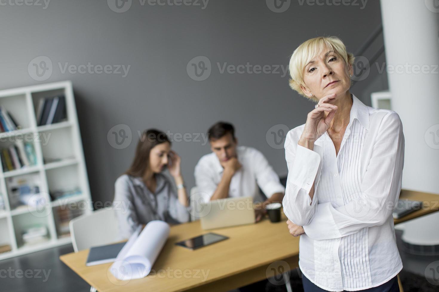 kvinna på kontoret foto