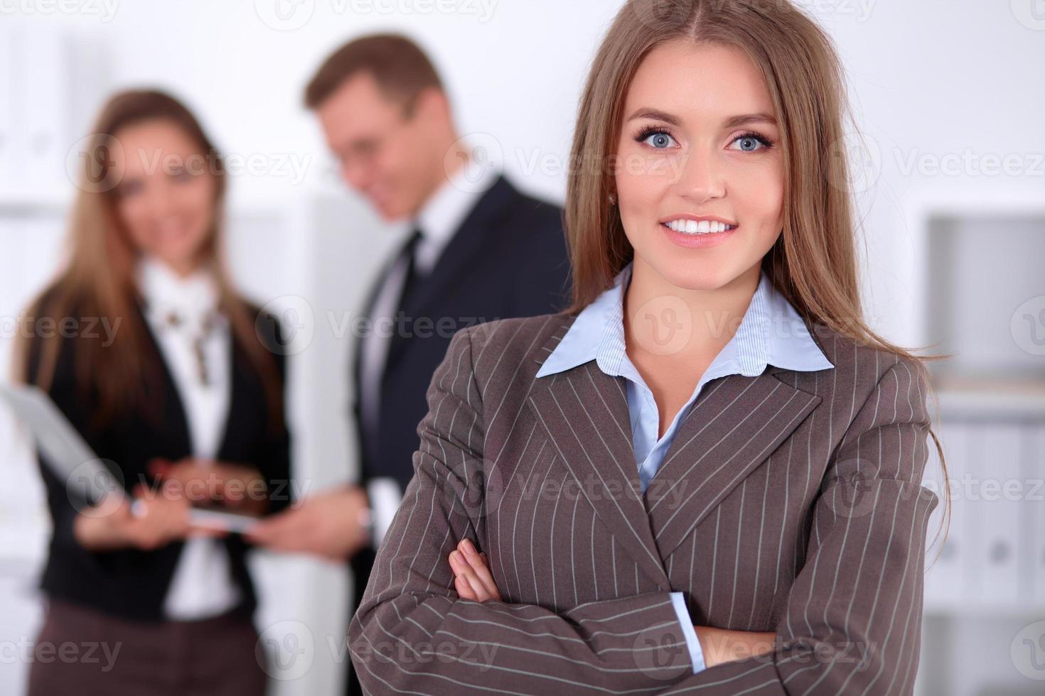vacker affärskvinna på bakgrund av affärsmän foto