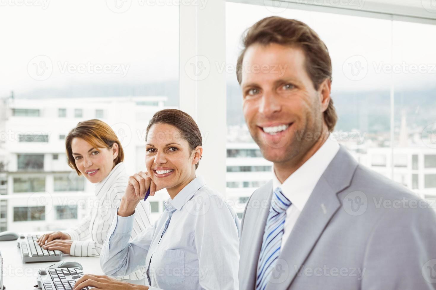 affärsmän som använder datorer i office foto