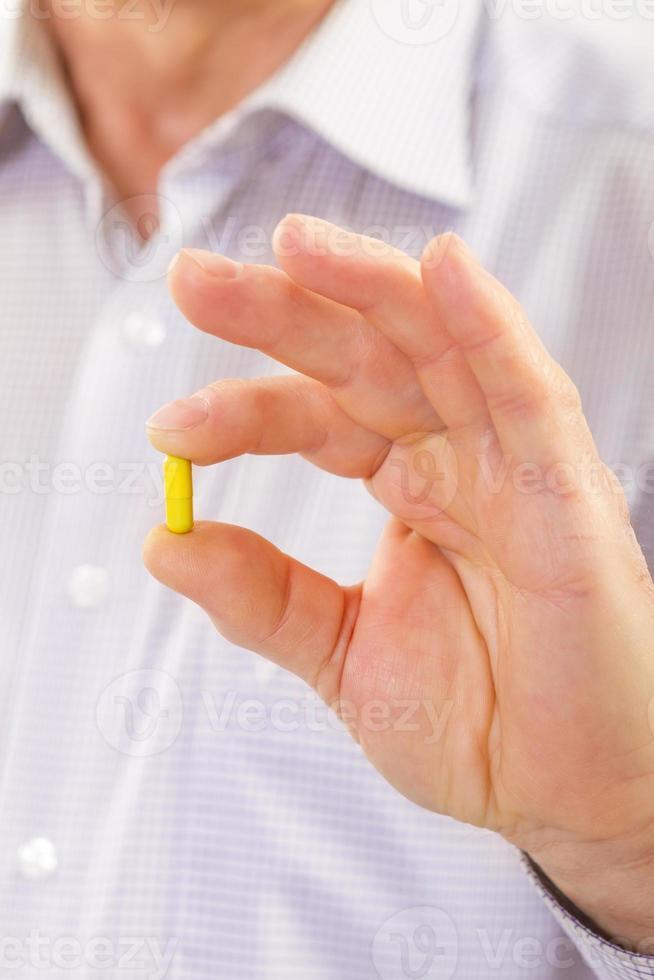 äldre man tar piller foto