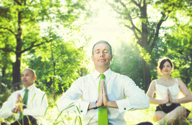 affärsmän som mediterar naturavslappningskoncept foto