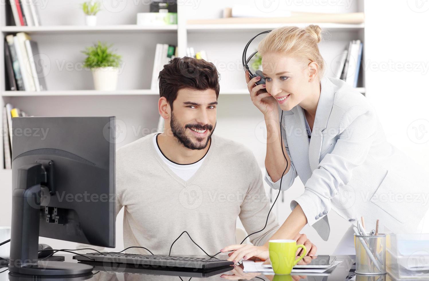 unga affärsmän som arbetar på kontoret foto