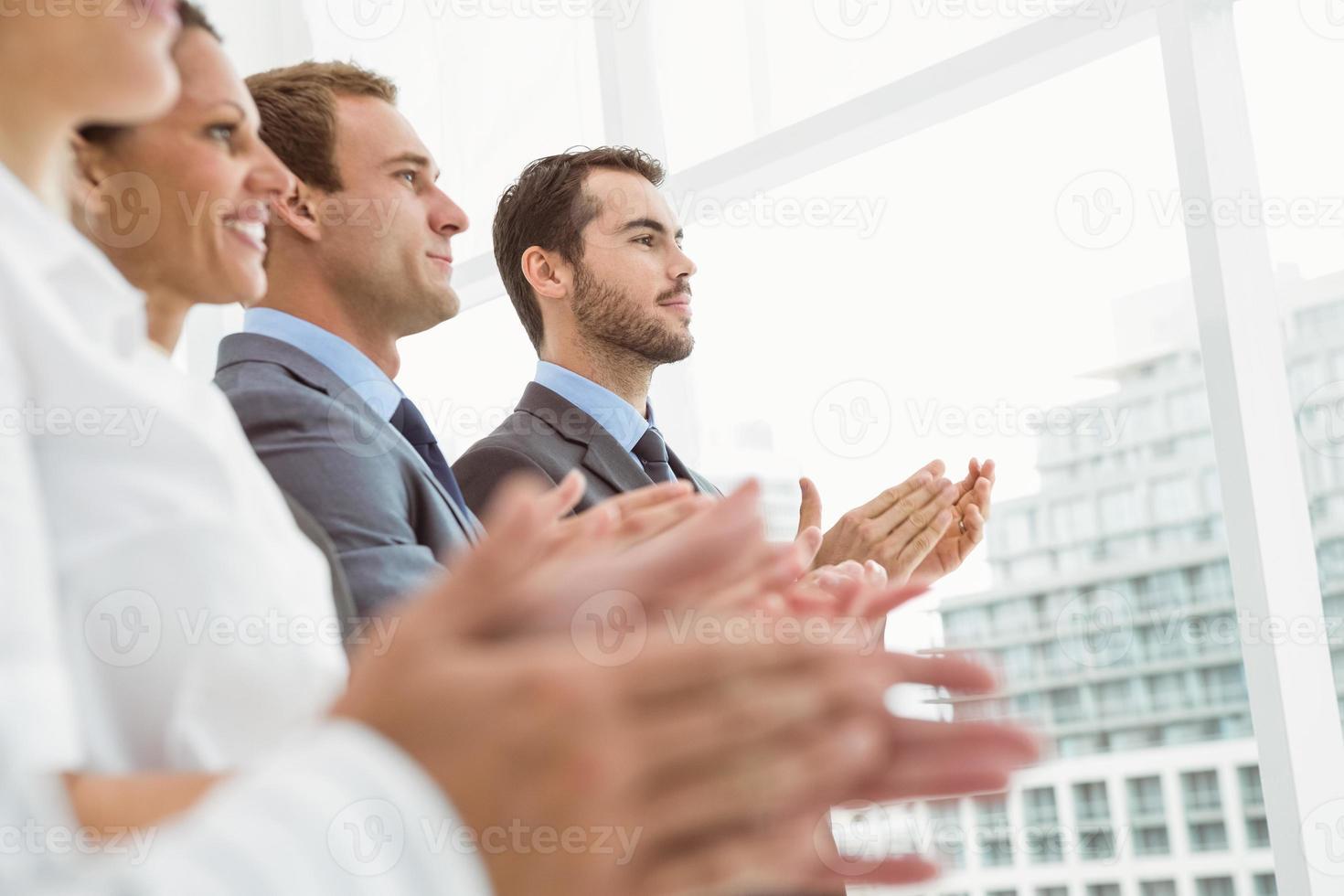affärsmän som klappar i handen på kontoret foto