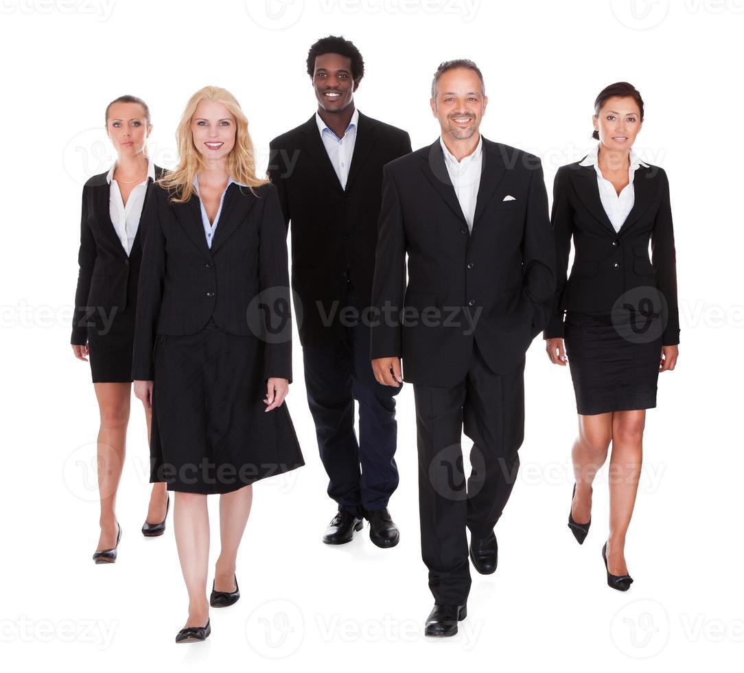 multirasig grupp av affärsmän foto