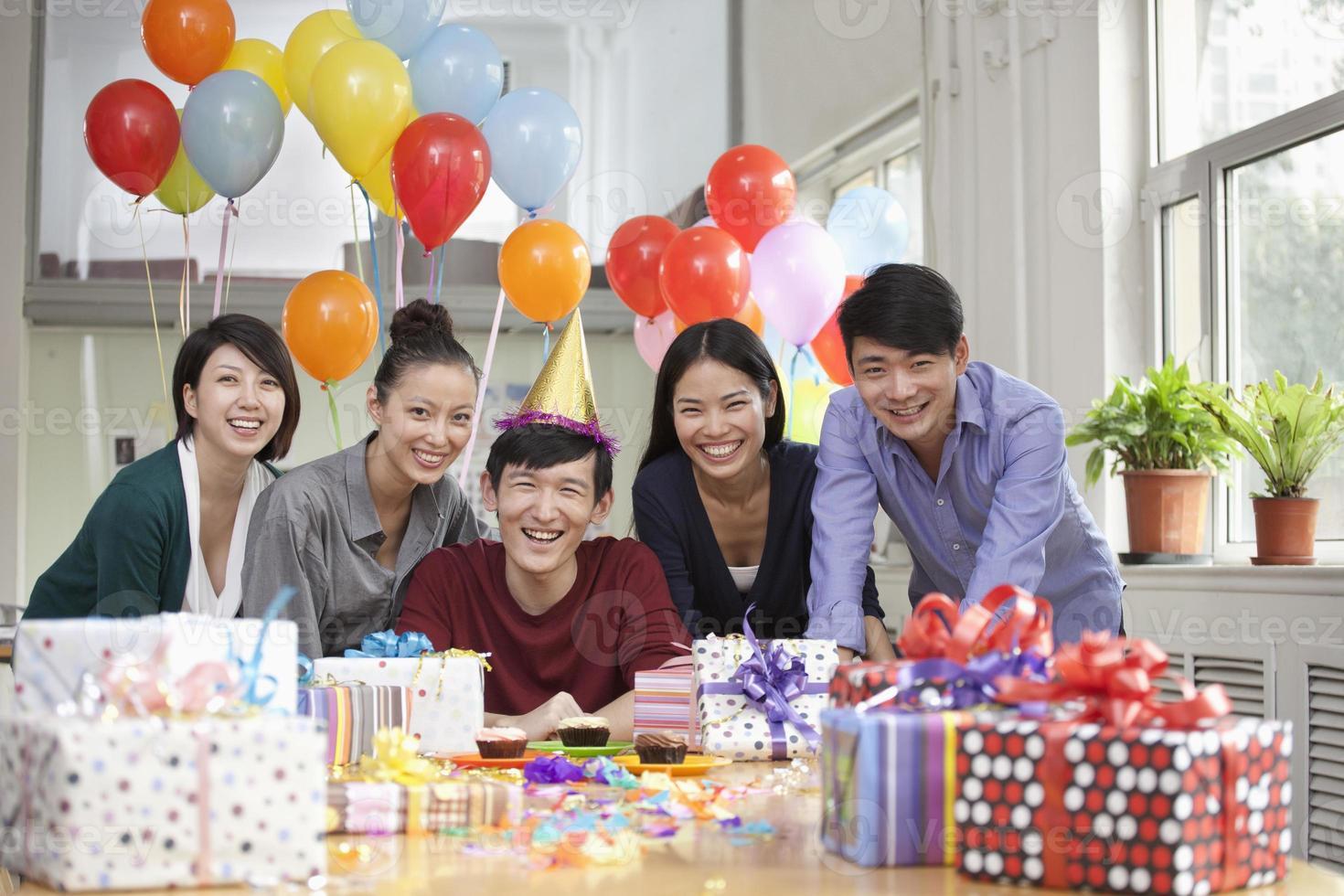 glada affärsmän på kontorsfest foto