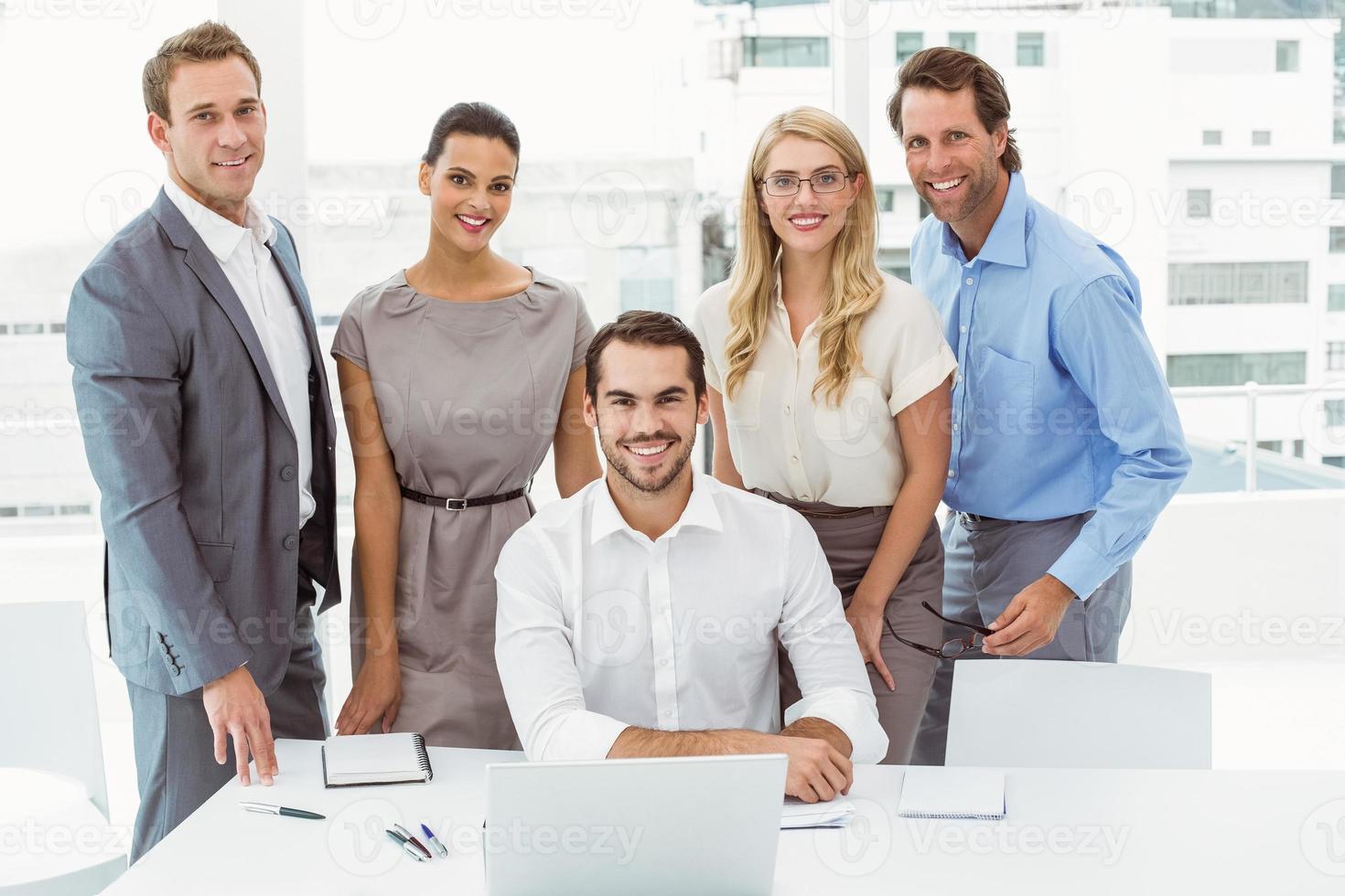 porträtt av affärsmän på kontoret foto