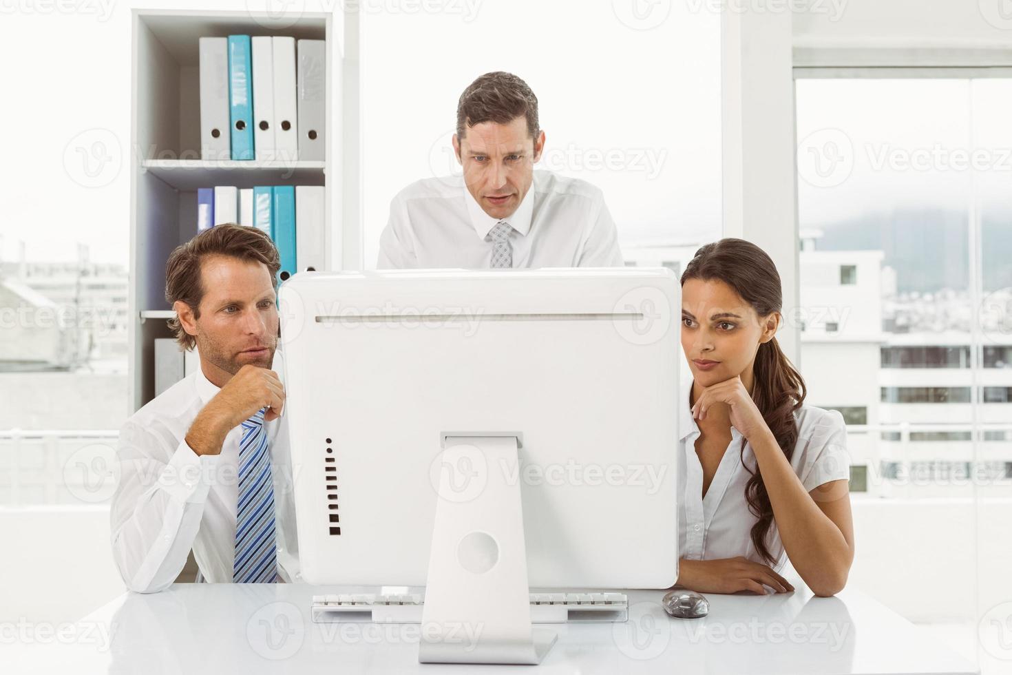 affärsmän som använder datorn på kontoret foto