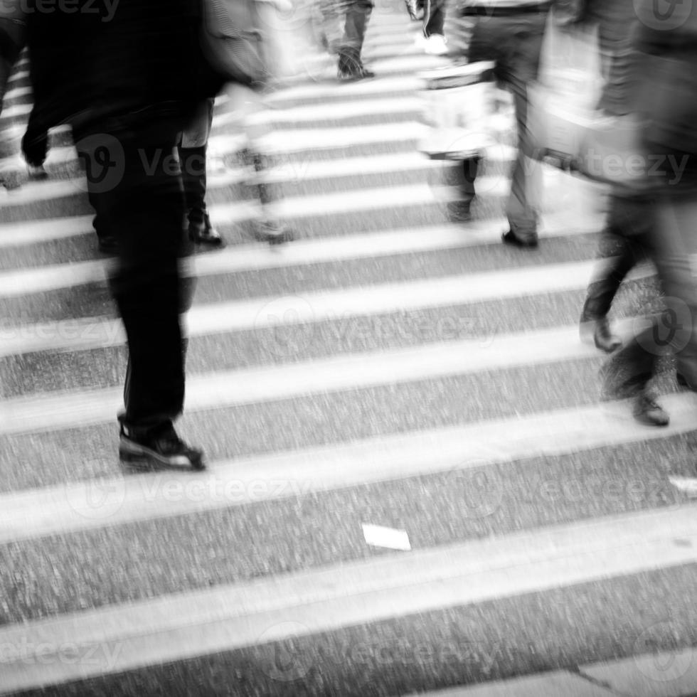 stadspersoner på företag som går gata oskärpa rörelse foto