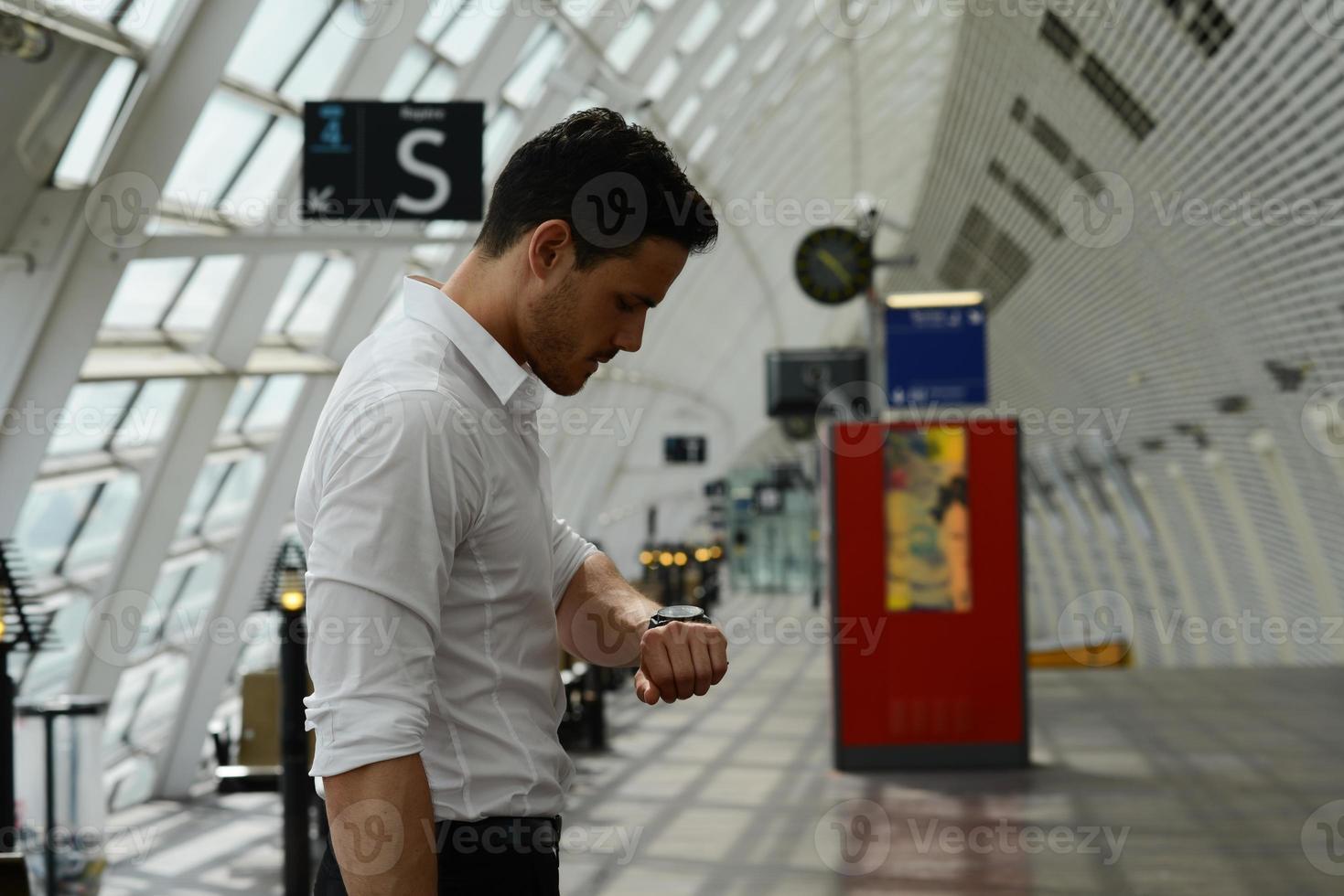 vackra unga affärsmän som väntar på offentlig transportstation foto