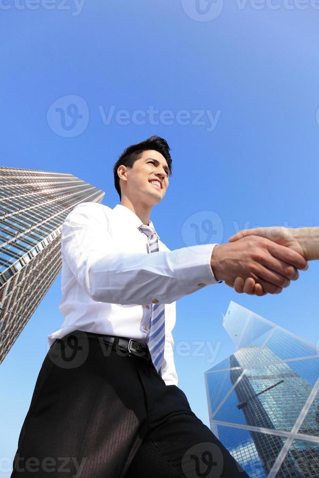 affärsfolk som skakar hand foto