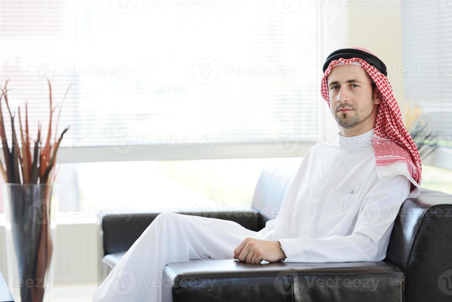 Mellanösterns folk som har ett affärsmöte på kontoret foto
