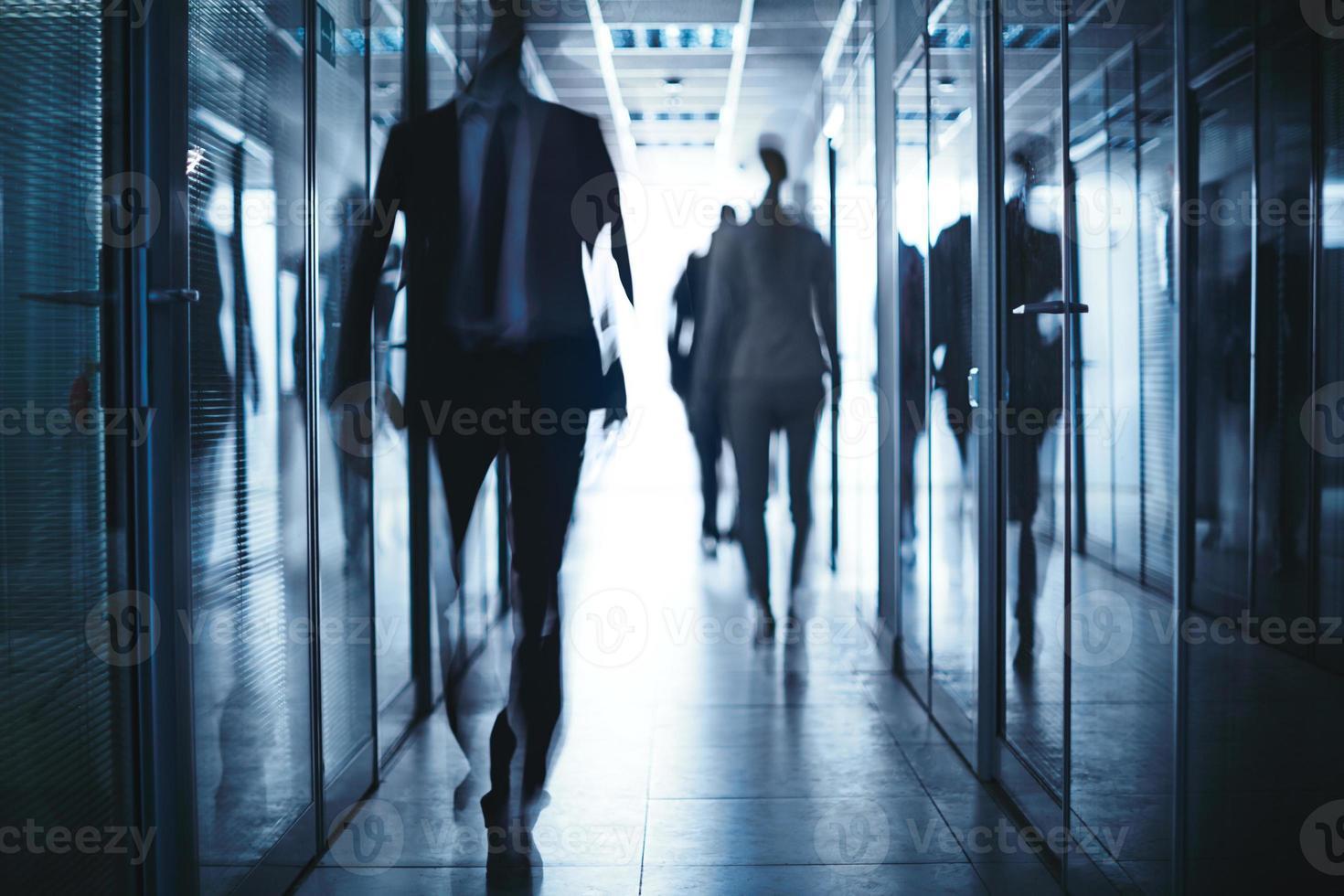 affärsmän i korridoren foto