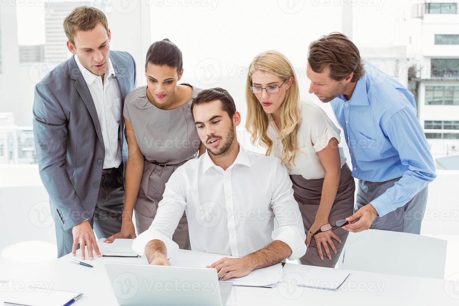 affärsmän som använder bärbar dator på kontoret foto