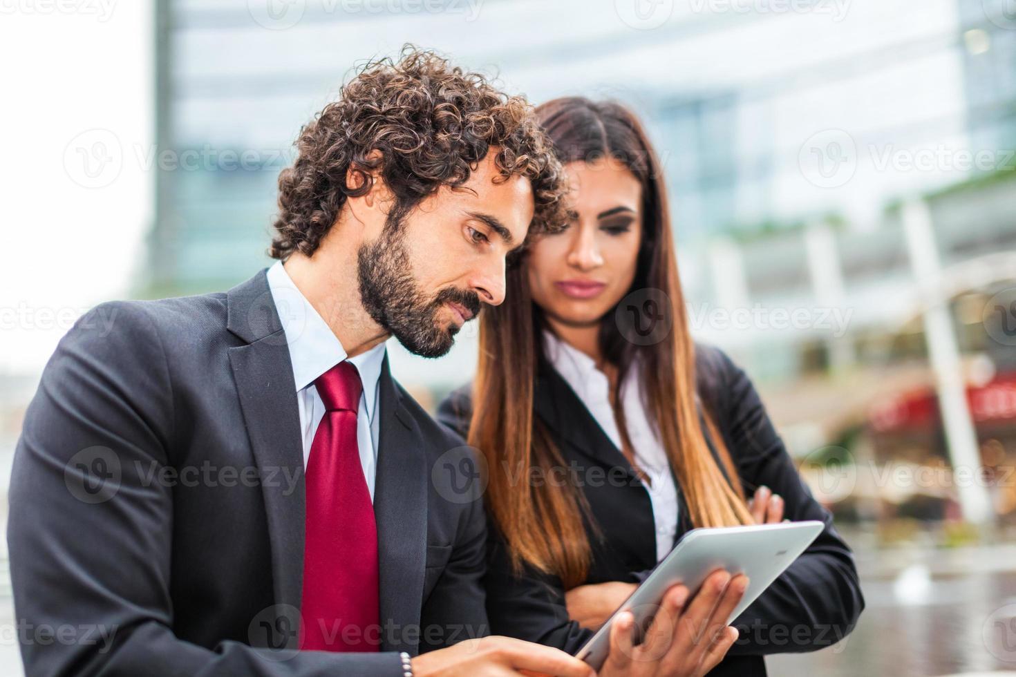affärsmän som använder en digital surfplatta foto