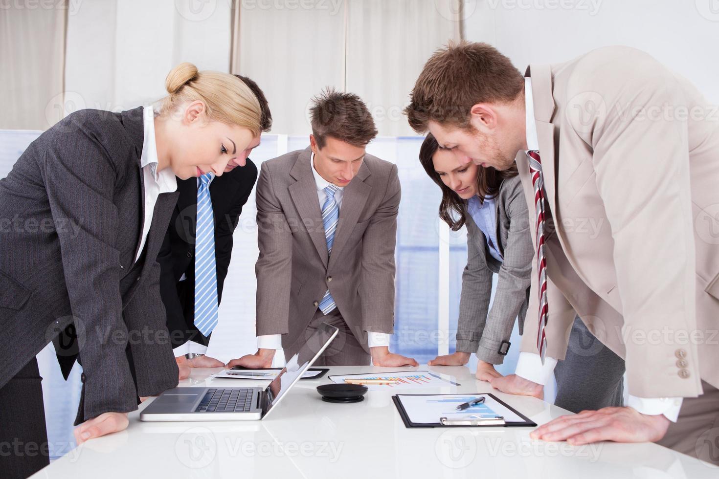 affärsmän som arbetar vid konferensbordet foto