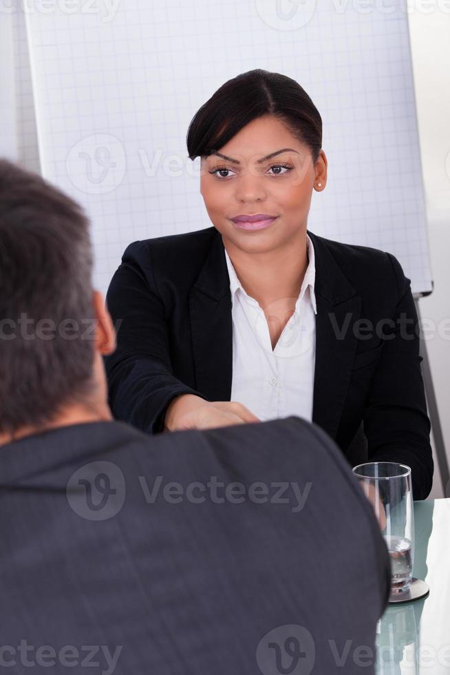 företagare skakar hand foto