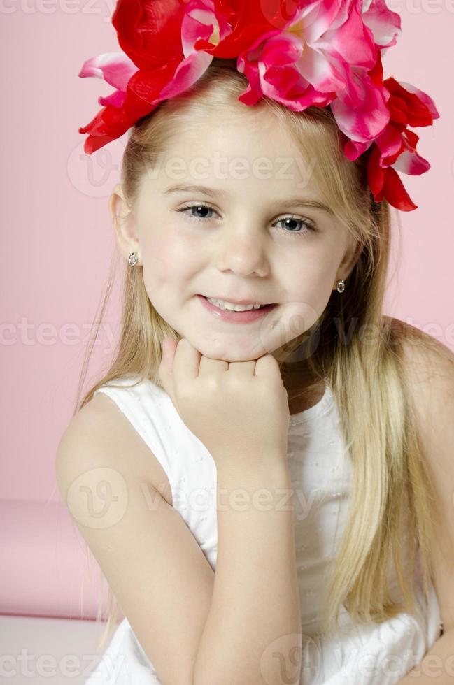 liten flicka med blommor foto