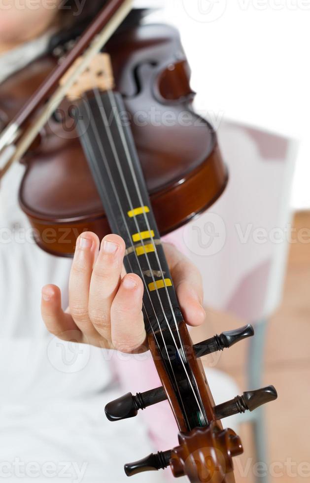 tjej som spelar fiolen foto