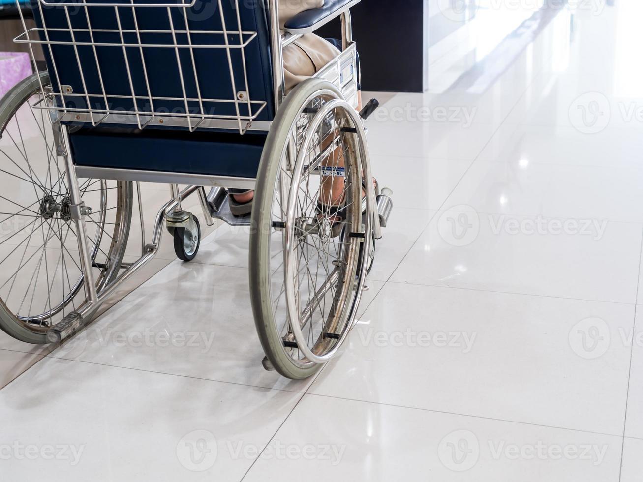 närbild av äldre man på rullstol på sjukhus foto