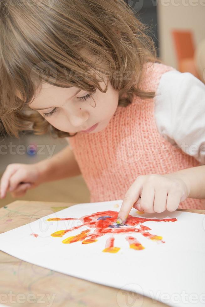 liten flicka målning foto