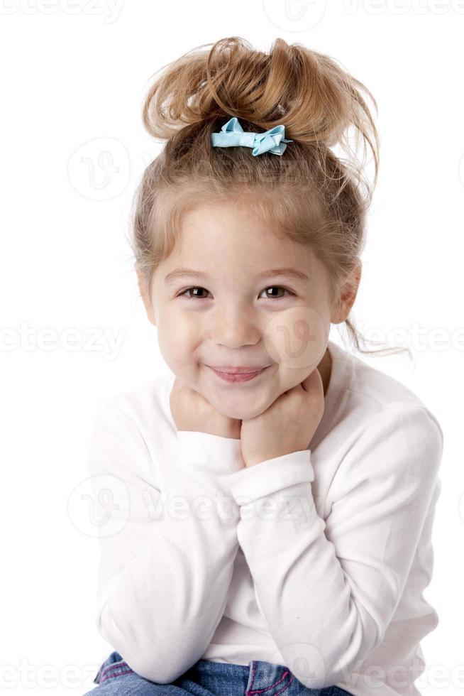 riktiga människor: midja upp kaukasiska leende liten flicka foto