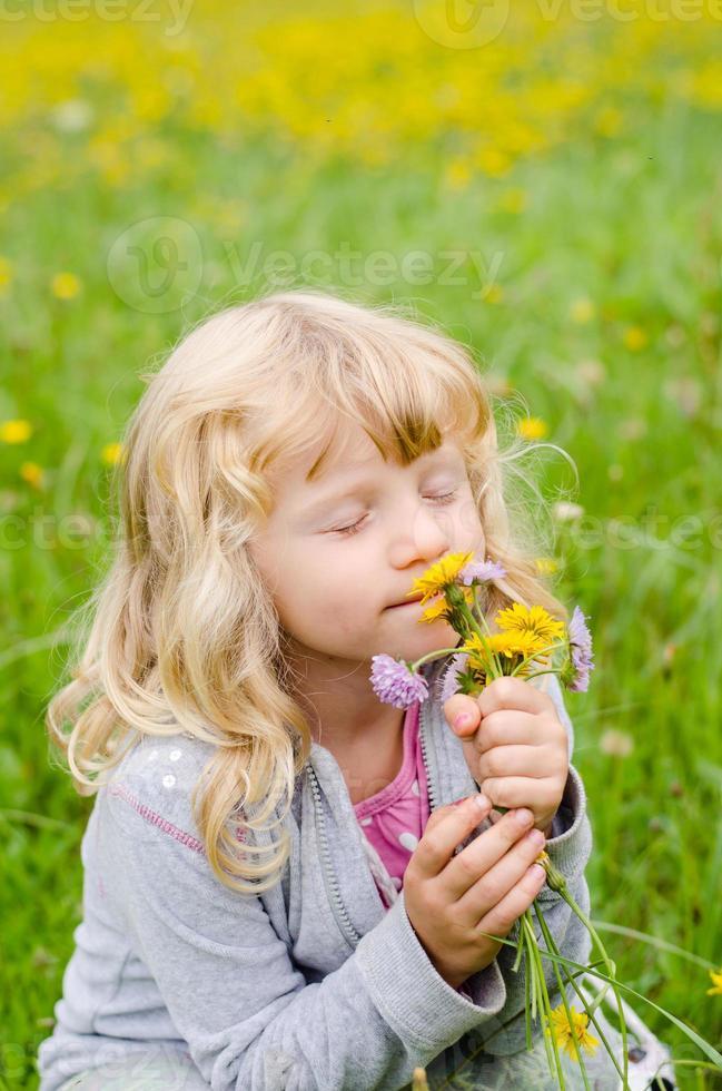 flicka med blommor foto