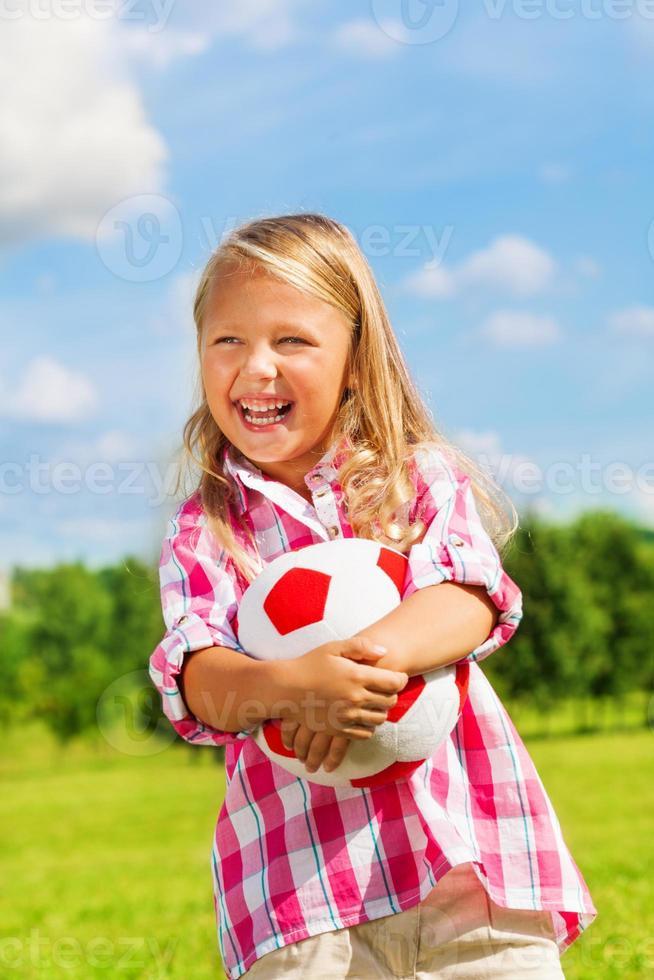 skrattande flicka med bollen foto