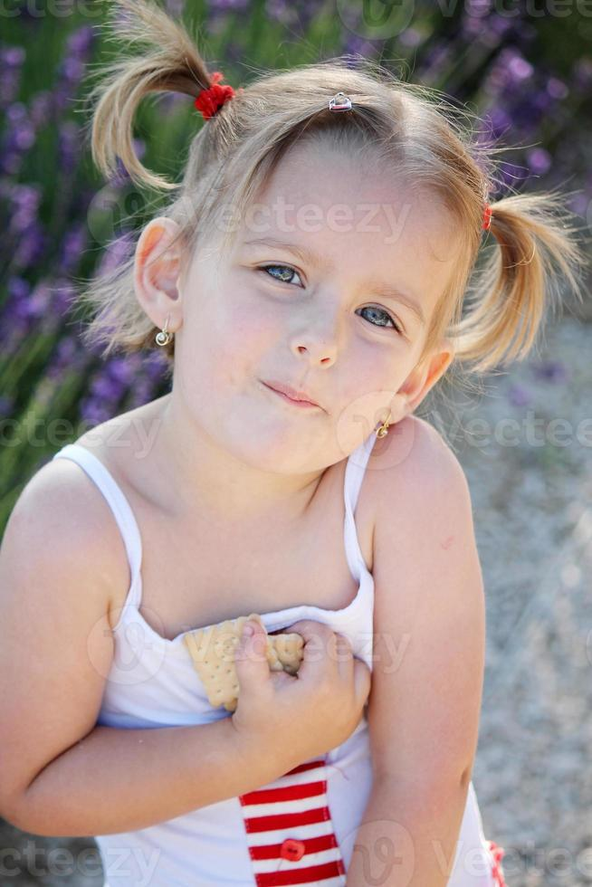 flicka och kakor foto