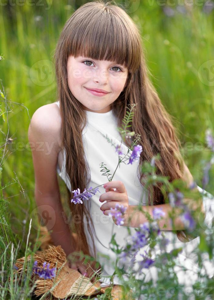 porträtt av liten flicka utomhus på sommaren foto