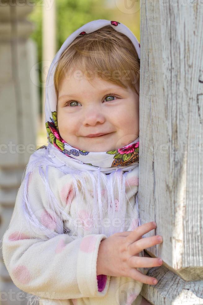 liten flicka nära pelaren foto