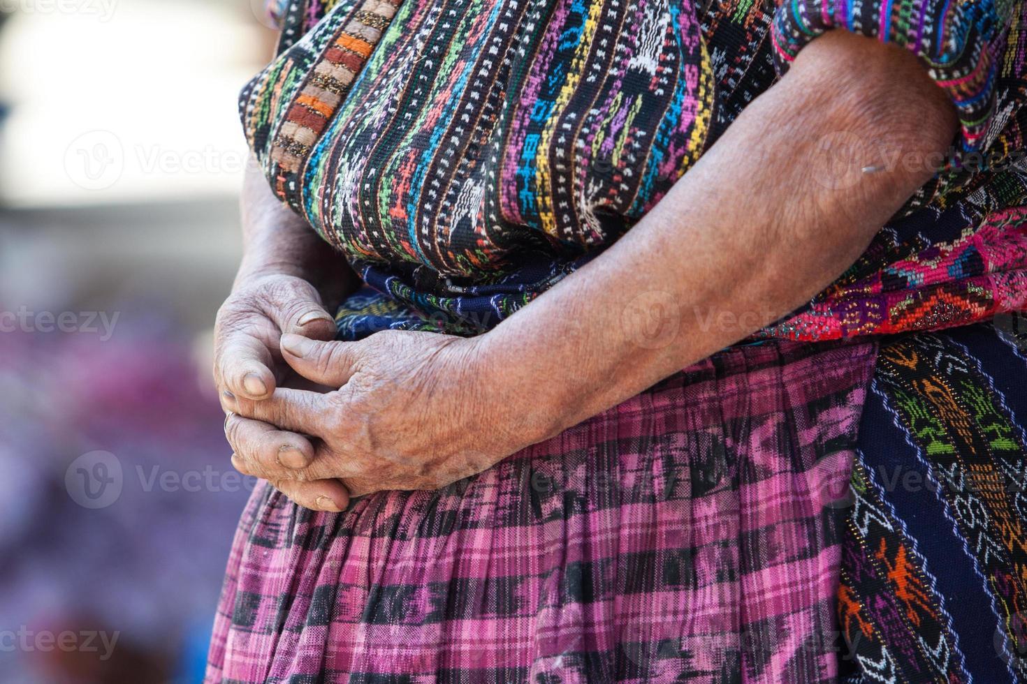 äldre kvinna i etnisk traditionell latinamerikansk klänning. foto