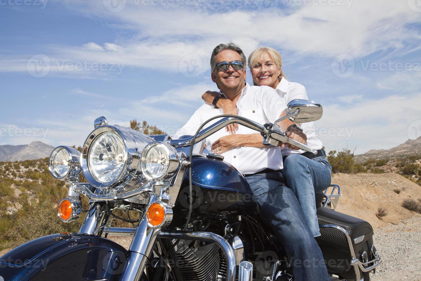 äldre par i öknen foto