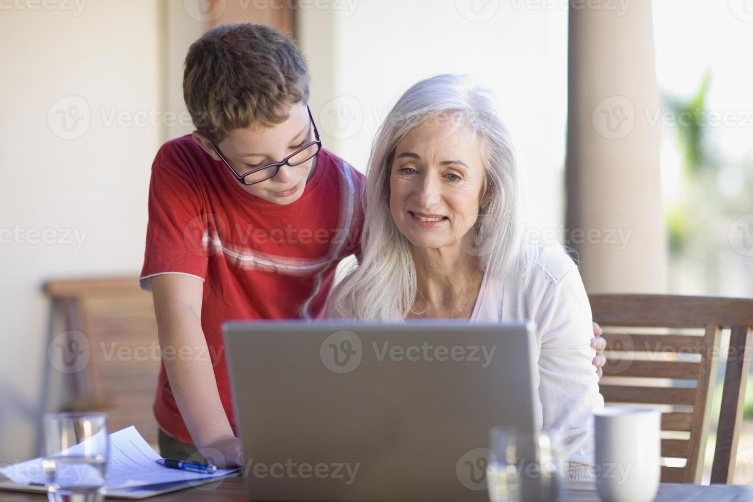 mormor och barnbarn använder bärbar dator foto