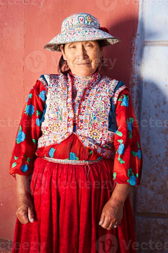 peruansk kvinna i nationella kläder, chivay, peru foto