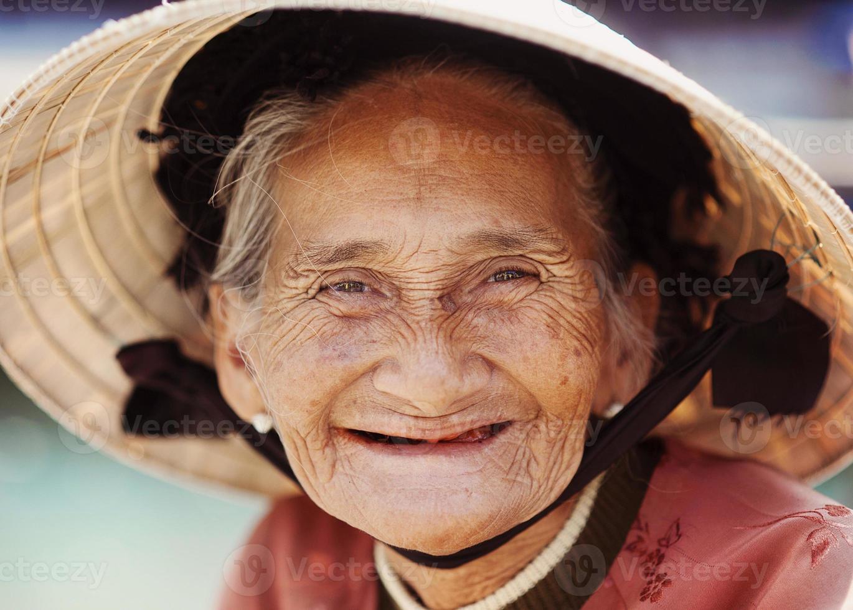 gammal och vacker leende äldre kvinna. foto