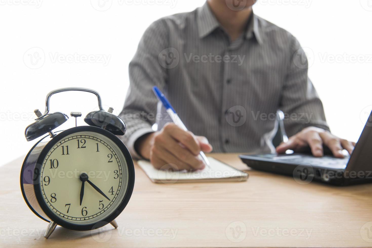 kontorsaffärer som arbetar övertid foto