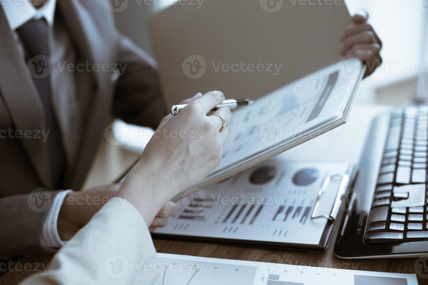 affärsmän som diskuterar diagram och diagram som visar res foto