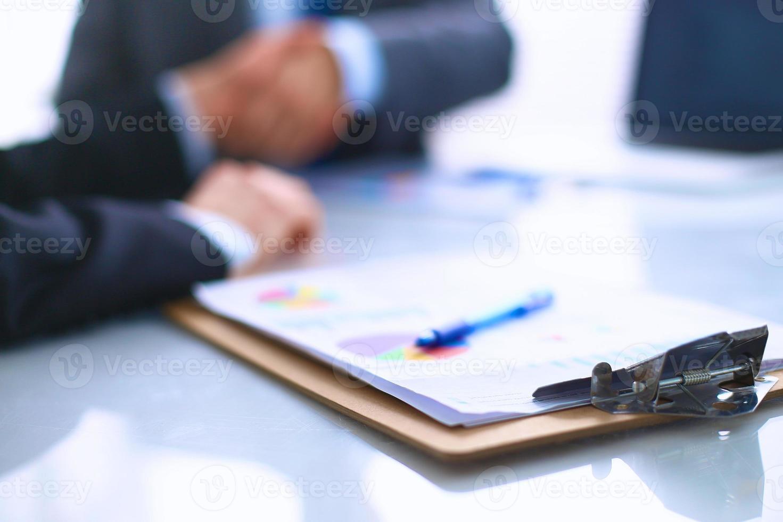 affärsfolk som skakar hand och avslutar ett möte foto