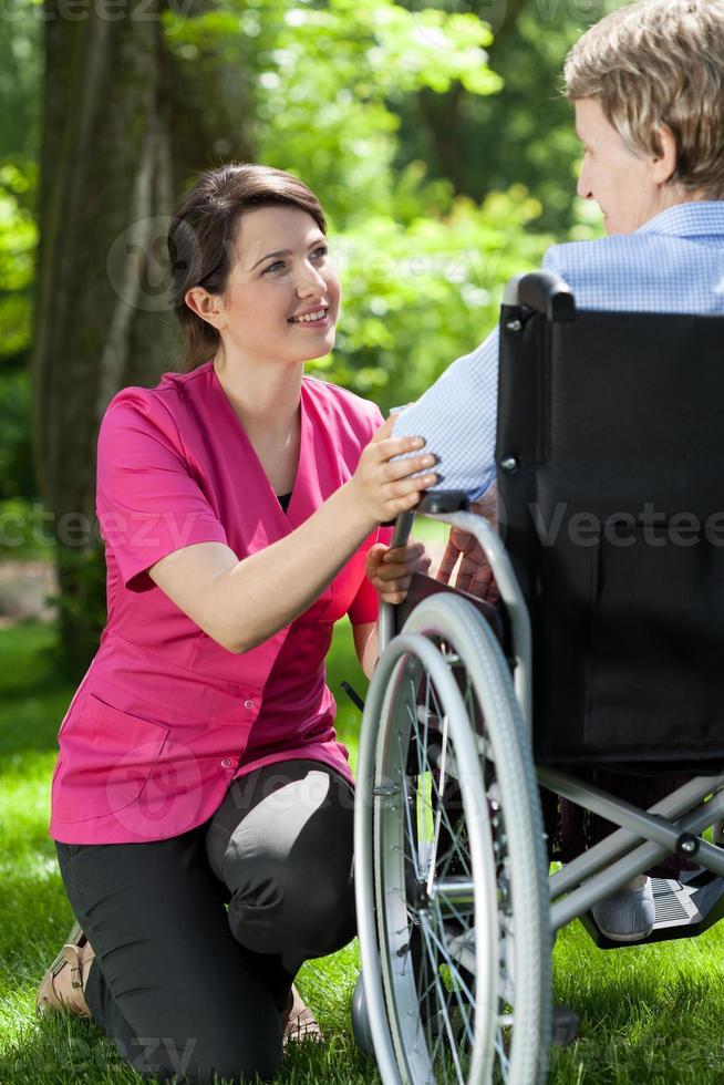 funktionshindrad kvinna som vilar i trädgården foto