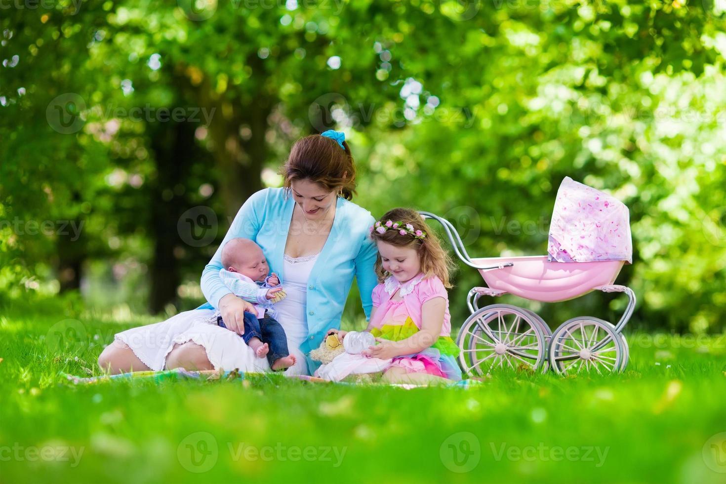 mor och barn njuter av picknick utomhus foto