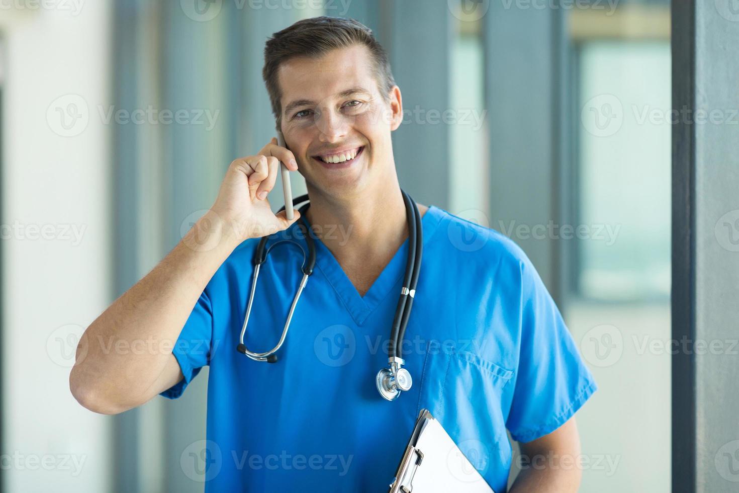 manlig läkare som pratar i mobiltelefon foto